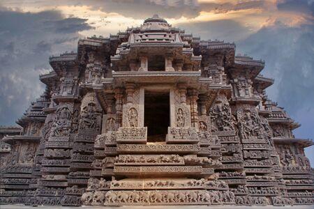 Inde temple Belur. Vieux mur de pierre avec des sculptures.