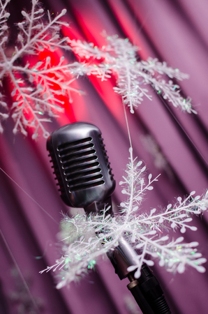 Microfono Retro Contra El Fondo Colorido Decoracion De Ano Nuevo