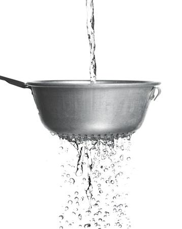 Wasser gegossen durch ein Sieb