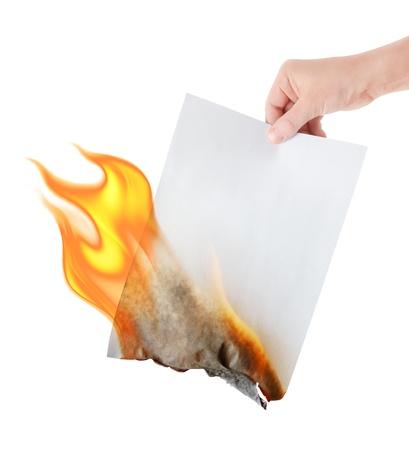 quemadura: papel ardiendo en la mano sobre fondo blanco
