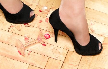 pantimedias: zapatos de mujer caminando sobre vidrios rotos Foto de archivo