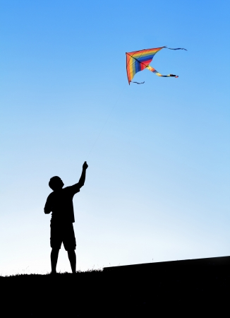 papalote: Cometa en el cielo. Silueta de un hombre. Foto de archivo