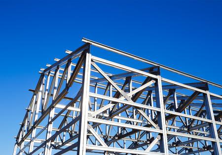 metalen frame van het dak tegen de blauwe hemel