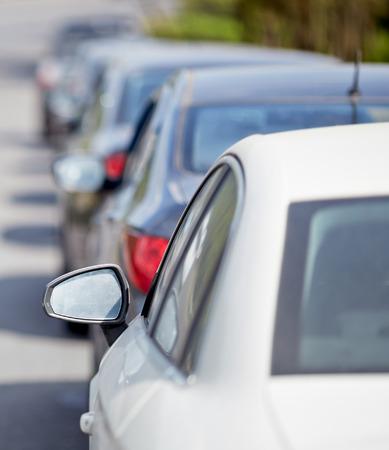 mermelada: Coches en la carretera en el atasco de tráfico. Foto de archivo