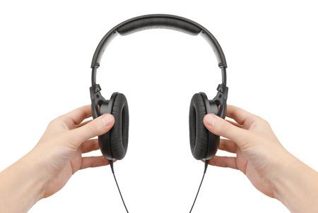 equipo de sonido: Auriculares en las manos sobre un fondo blanco