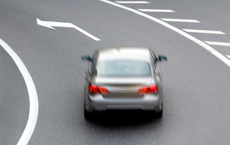 flechas direccion: coche en la calle con dirección de la flecha