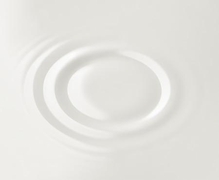 Melk. Cirkels op het oppervlak van de melk Stockfoto