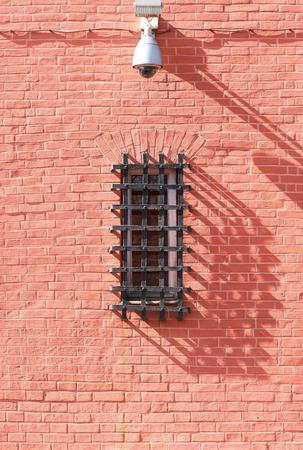 cellule de prison: fenêtre grillagée et caméra de sécurité Banque d'images