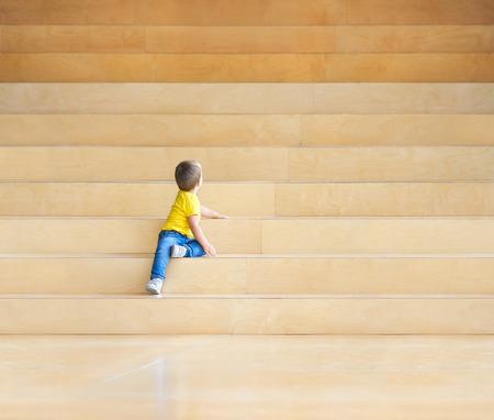 niño trepando: niño en las escaleras