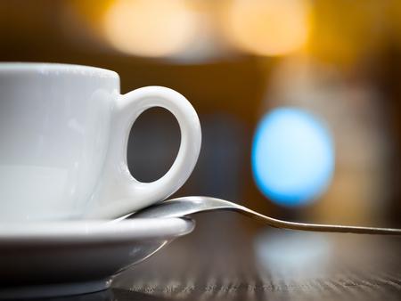 Tasse und Löffel Nahaufnahme auf dem Tisch im Café Standard-Bild