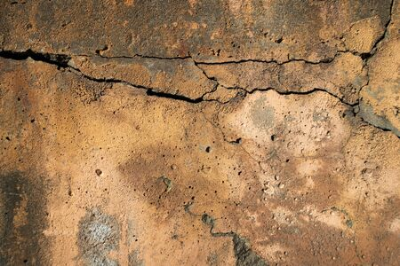 Texture of an old cracked concrete wall with yellow falling plaster 版權商用圖片