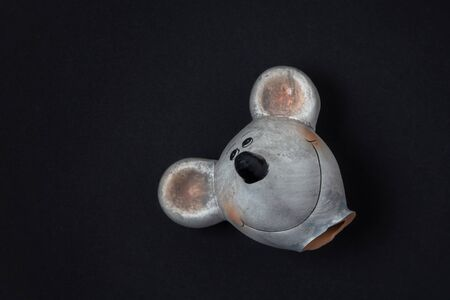 Mouse head of a broken clay figure on a dark background 版權商用圖片
