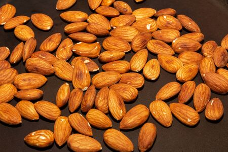 Almonds in a pan. Roasting nuts 版權商用圖片 - 144960724