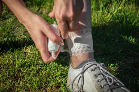 The girl injured the tendons on her leg during an outdoor jogging. Self-bandaging