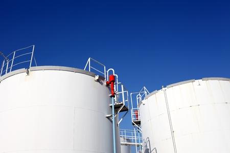 refiner�a de petr�leo: Tanque de almacenamiento de informaci�n Foto de archivo