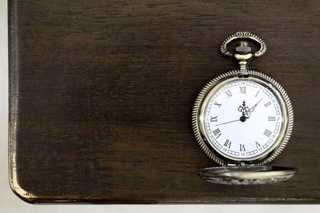 テーブルの上のアンティーク懐中時計 写真素材
