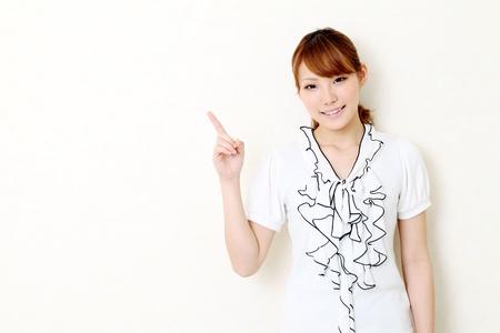 指している若い日本のビジネス女性の肖像画 写真素材