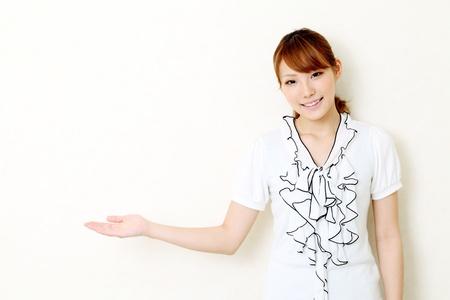 若いアジアの女性手空白記号の表示