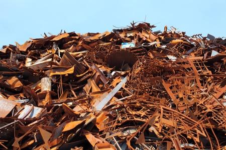 scrap metal: Mucchio di rottami metallici per il riciclaggio
