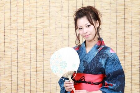 eventail japonais: Femme japonaise en habits traditionnels de Kimono avec ventilateur japonais