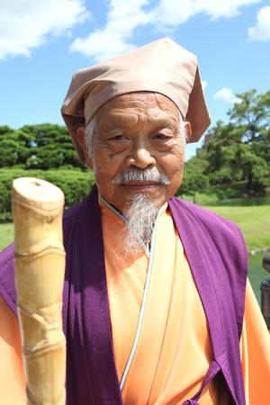 香川県, 日本 - 2011 年 9 月 11 日 - 日本の老人の衣装では、屋外での再生します。日本の古い時代の主をイメージします。 報道画像