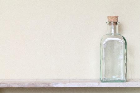 veneno frasco: Botella de vidrio de edad en un estante Foto de archivo