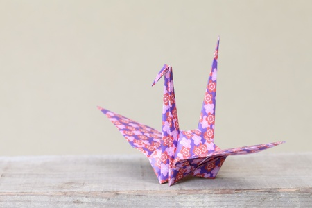 uccello origami: Primo piano di uccello origami su uno scaffale Archivio Fotografico