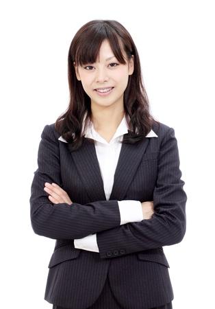 Glimlachend jonge Japanse zakenvrouw met gekruiste armen