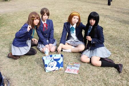 Kagawa, Japan - 27 november 2011 - Deelnemer aan cosplay event in Japanse riturin tuin park, Anime fan gekleed. Redactioneel