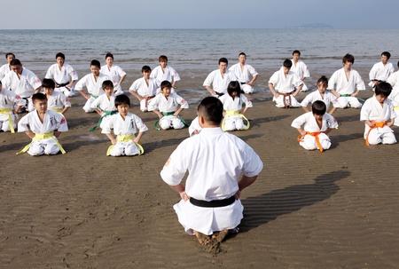 愛媛県 - 1 月 3 日: 日本の武道家一宮海岸で正月に空手の練習。愛媛県で 2012 年 1 月 3 日