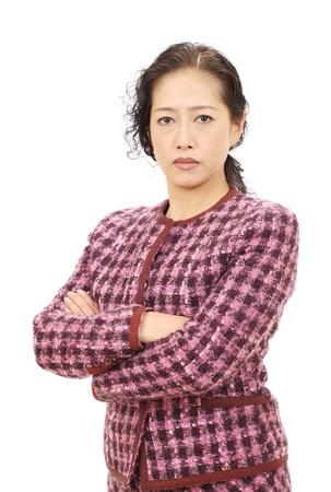 personne en colere: Femme d'affaires asiatique avec les bras crois�s