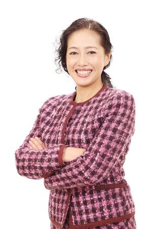 Aziatische zakenvrouw met gekruiste armen