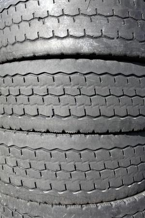 Pile de vieux pneus pour le recyclage du caoutchouc photo