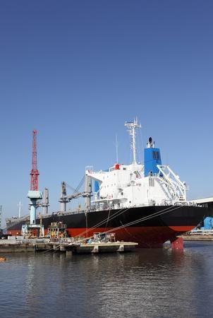 Nieuwbouw schip in de scheepswerf en de blauwe hemel
