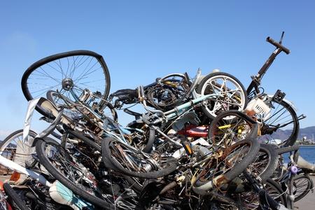 junkyard: Mont�n de chatarra de metal contra el cielo azul Foto de archivo