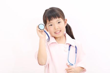 Shot van een klein meisje in een verpleegster uniform