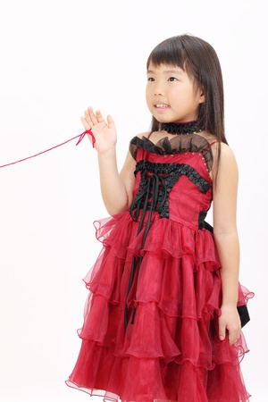 小さなアジアの女の子のドレスを着て