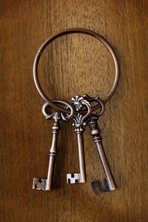 Antieke sleutel op houten achtergrond Stockfoto