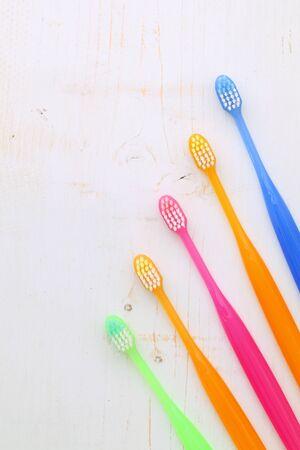 白地にカラフルな歯ブラシ 写真素材