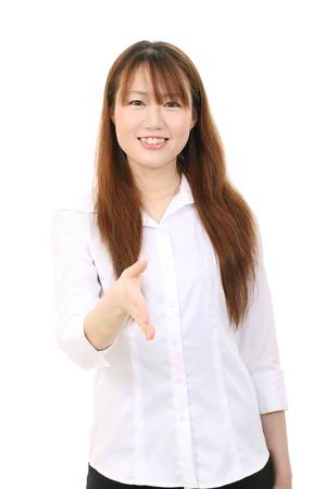 アジアの若い実業家提供ハンドシェイク
