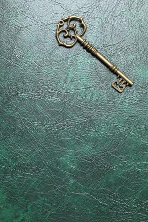 革背景に金色の鍵