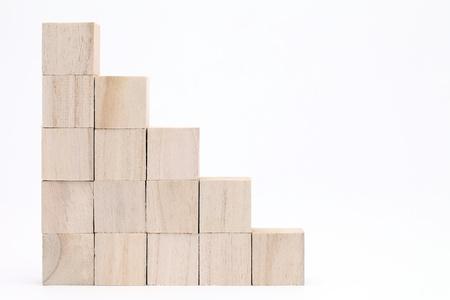 Stapel houten speelgoedblokken op een witte achtergrond Stockfoto