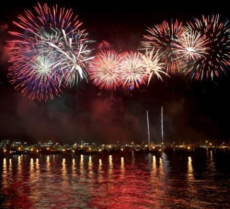 海の水に反映して、花火の美しさ 写真素材