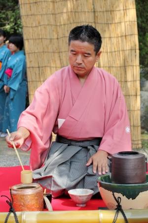 etiquette voyage: Kagawa au Japon - Septembre 23th homme japonais préparant le thé dans le jardin du temple du thé vert japonais Hagiwara est très boisson renommée au Japon Éditoriale