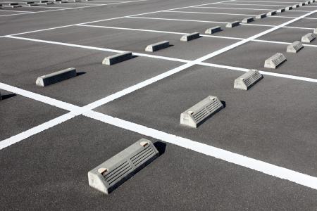 白のマーク付きの駐車場