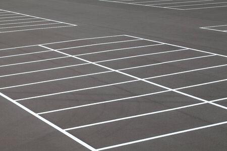 道路マーキングのアスファルトで舗装された駐車場に