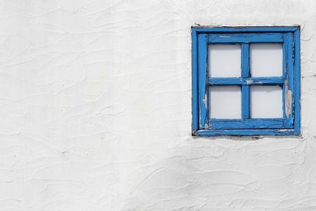 kleine houten ramen op de witte muur Stockfoto
