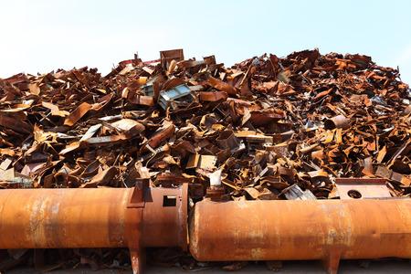 Stapel van schroot op een recyclingsfaciliteit
