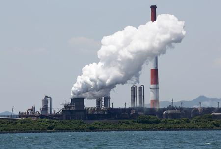 煙の空気汚染と工業用の精製プラント