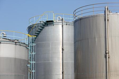 cilindro de gas: Los tanques de almacenamiento en una planta qu�mica Foto de archivo